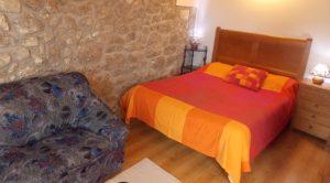Habitación con cama doble y sofa